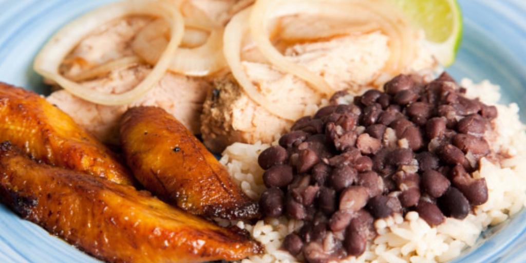 Лучший завтрак в Перу: жареные бананы со свининой